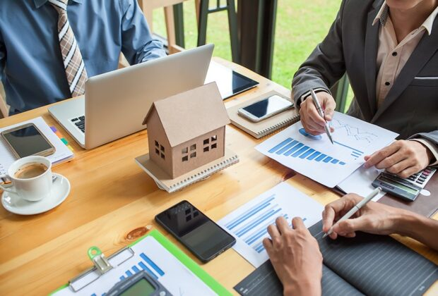 How can you get a real estate business license in Dubai